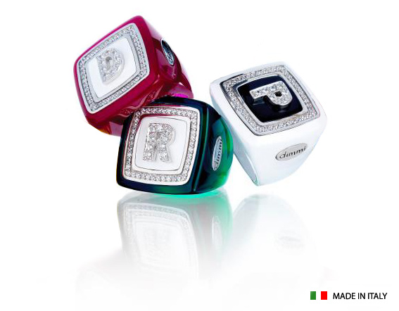 Anello quadrato grande Dimmi Milano collezione Coloured Name in resina colorata personalizzabile con iniziale del nome in zirconi