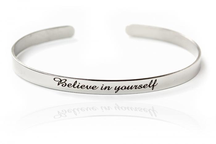 Bracciale in acciaio con frase Believe in yourself
